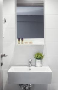 A bathroom at Nissos Rooms Ammouliani