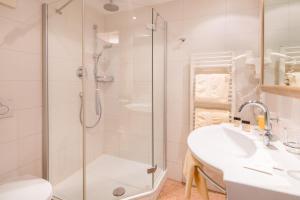 A bathroom at BEST WESTERN Plus Hotel Goldener Adler Innsbruck