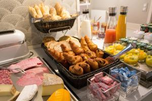 Breakfast options available to guests at Les 2 Villas