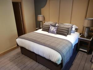 A bed or beds in a room at Fence Gate Lodge