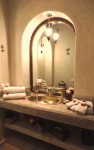A bathroom at Riad Adriana