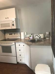 A kitchen or kitchenette at The Gables Inn
