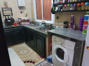 A kitchen or kitchenette at Mashrue Alhamd