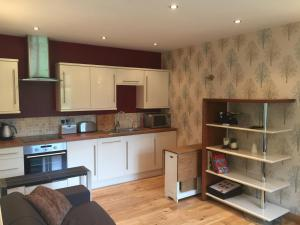A kitchen or kitchenette at The Old Vicarage Lodge