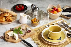 Breakfast options available to guests at Le 19-21 - Un amour d'hotel