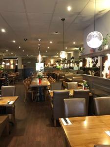 Um restaurante ou outro lugar para comer em Hotel Manofa