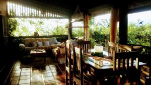 A restaurant or other place to eat at Casa Ilhabela