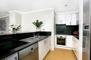 A kitchen or kitchenette at Sought After CBD Location w/Parking + Pool YORK5