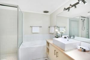 A bathroom at Sought After CBD Location w/Parking + Pool YORK5