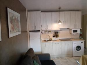 A kitchen or kitchenette at Apartamento Rio Marinas Nerja 46