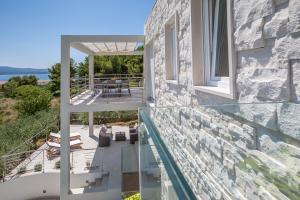 Balkón nebo terasa v ubytování Villa Blanka Bol Brac on Facebook save 18 percent