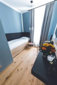 A bed or beds in a room at Altstadthotel Kasererbräu