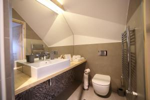 A bathroom at Mesendorf Gasthaus