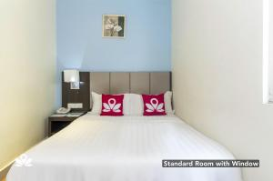 A bed or beds in a room at ZEN Rooms Chinatown KL