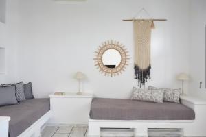 Кровать или кровати в номере Mr. and Mrs. White Paros - Small Luxury Hotels of the World