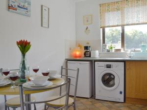 A kitchen or kitchenette at Number 30