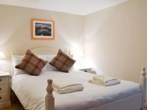 A bed or beds in a room at Evat Cottage