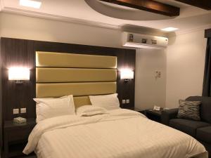 سرير أو أسرّة في غرفة في فيلا للأجنحة الفندقية