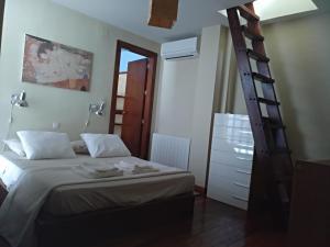 A bed or beds in a room at Loft con vistas en Plaza de Belén