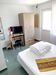 A bed or beds in a room at Camere De Inchiriat Carpati