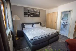 A bed or beds in a room at Hotel am Ring