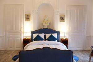 A bed or beds in a room at Le Napoléon
