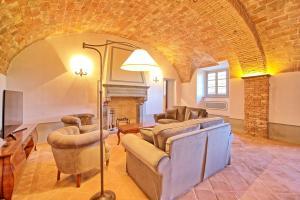 A seating area at Villa Sant'Anastasio Luxury Agriturismo