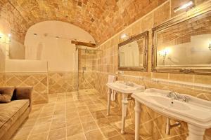 A bathroom at Villa Sant'Anastasio Luxury Agriturismo