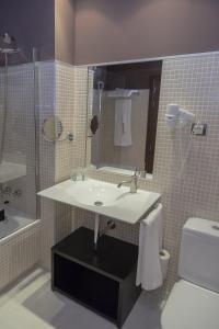 A bathroom at Hotel Real Balneario Carlos III
