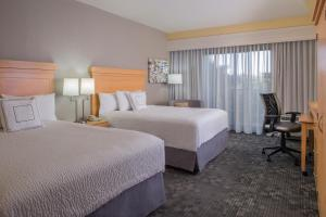 A bed or beds in a room at Courtyard by Marriott Sandestin at Grand Boulevard
