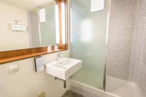 Ein Badezimmer in der Unterkunft Campanile Toulouse Sesquieres