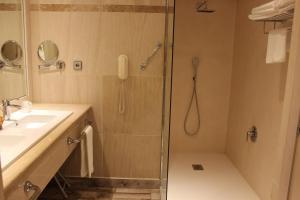 A bathroom at Sercotel Hotel Palacio del Mar