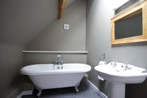 A bathroom at The Kings Arms