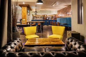 The lounge or bar area at ibis Styles Birmingham Oldbury