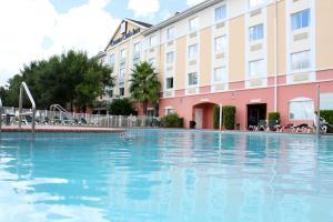 A piscina localizada em Exploria Express by Exploria Resorts ou nos arredores
