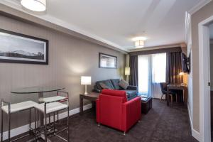 A seating area at Sandman Hotel and Suites Abbotsford