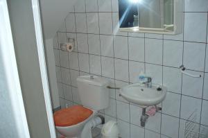 A bathroom at Györgyi Haus