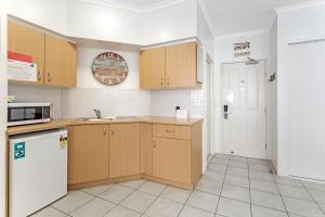 A kitchen or kitchenette at Zenith Unit 7 - Shoal Bay