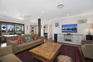 A seating area at A PERFECT STAY - Byron View