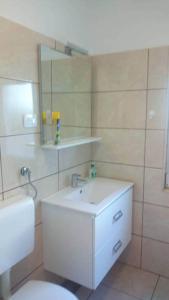 Een badkamer bij Apartments Noris