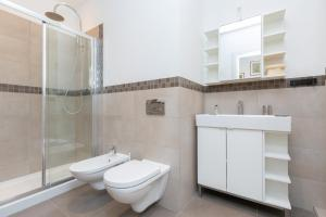 A bathroom at Comfortable and Convenient apt in the center - Zanobi Delux