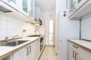 A kitchen or kitchenette at Comfortable and Convenient apt in the center - Zanobi Delux