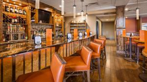 The lounge or bar area at Best Western Premier Ivy Inn & Suites