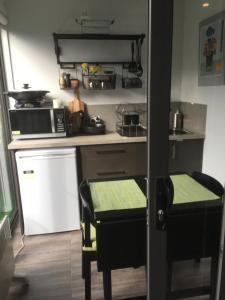 A kitchen or kitchenette at Brydon House Garden Studio