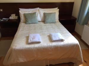 A bed or beds in a room at Portarra Lodge Guesthouse