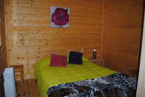 A bed or beds in a room at Bungalows da Peneda
