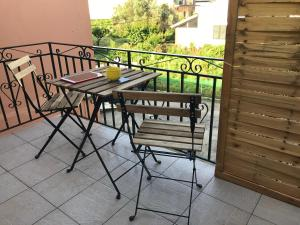 A balcony or terrace at Wooden Ceiling apartment close to city center