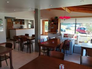 Un restaurant u otro lugar para comer en Posada y Cabañas El Barranco