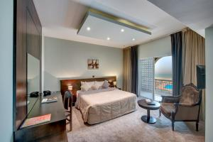 سرير أو أسرّة في غرفة في فندق كارلتون الشارقة