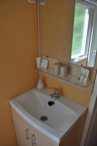 A bathroom at Ihr Wohlfühlurlaub in der Vulkaneifel. Durchatmen auf dem Ferienhof Thommes.